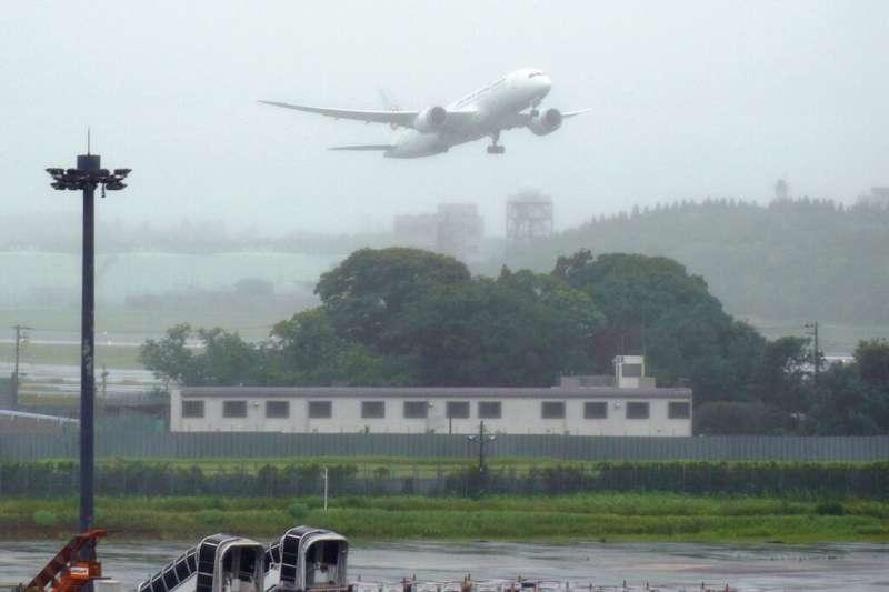 日本航空JL-809班機4日中午已於成田機場起飛,載運124萬劑AZ疫苗抵達桃園機場。(資料照,美聯社)