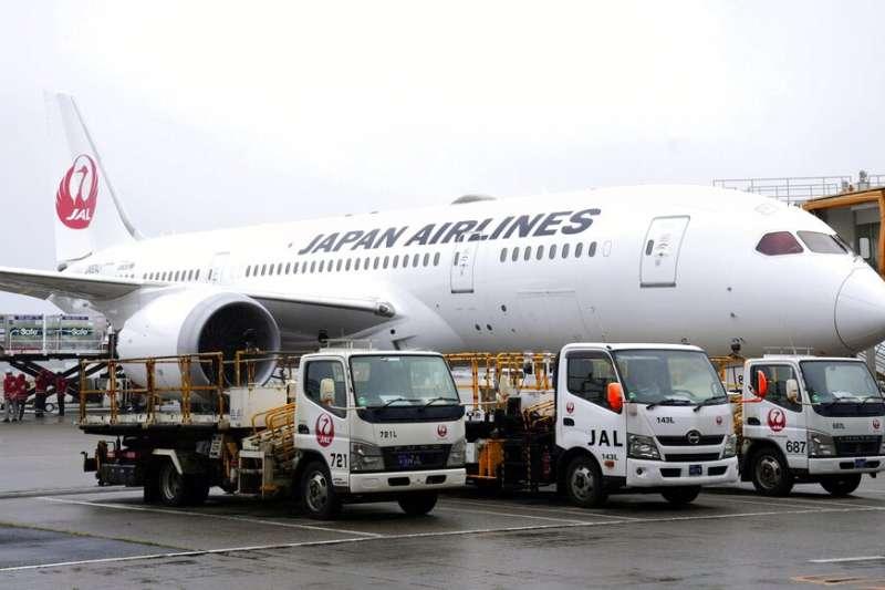 日本航空JL-809班機4日中午已於成田機場起飛,預計當天下午將載運124萬劑AZ疫苗抵達桃園機場。(美聯社)