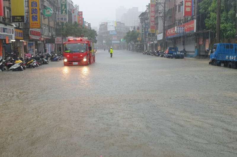 台北市4日豪雨造成街道積水嚴重。(台北市政府提供)