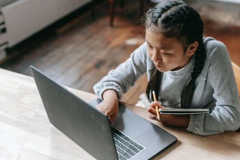 因為疫情改成在家線上教學,小孩整天盯著電腦螢幕,近視容易加深。(圖/取自Pexels)