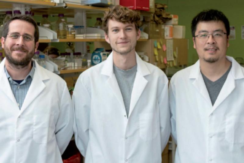 20210604-王念雙(右),當時的助理研究員,與分子生物科學副教授傑森.麥克萊倫博士(左)一起工作;2 月 17 日,研究生 Daniel Wrapp 在德克薩斯大學奧斯汀分校的 McLellan 實驗室合影留念。(作者提供)