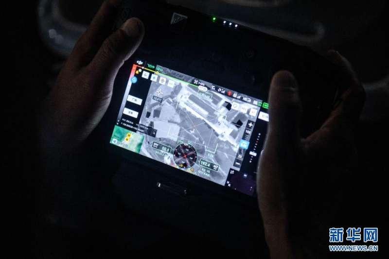 5月28日,工作人員使用無人機紅外熱成像系統,對象群的行踪進行跟踪監測。(新華社)