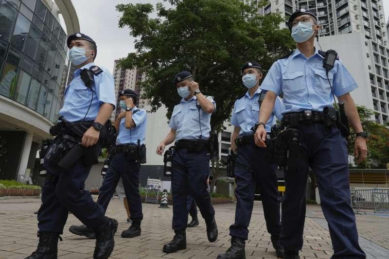 香港警方昨天(17日)依香港國安法搜查香港蘋果日報、拘捕壹傳媒集團及香港蘋果日報5名高層。(取自AP)