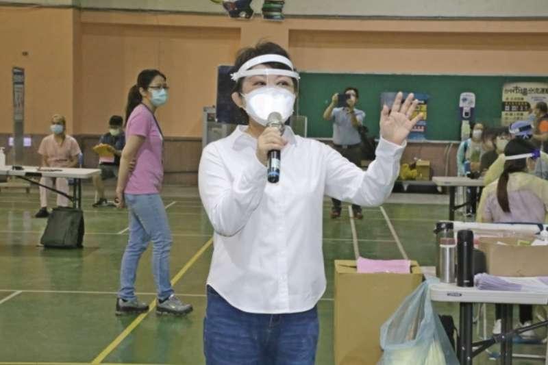 台中市長盧秀燕到惠文高中快打站,視察長照及養護機構照護人員施打疫苗情況。(圖/台中市政府)