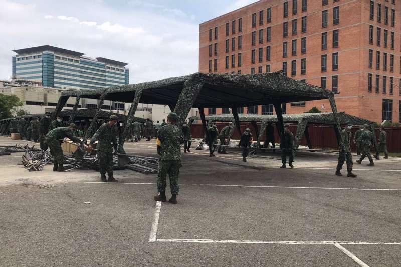 國軍在新竹市府請託下,投入百餘位官兵前往新竹科學園區,並在8小時內完成50頂篩檢站帳篷搭建作業。(國防部提供)