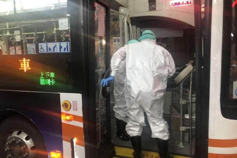 20210605-本土疫情嚴峻,全台第一線防疫人員疲於奔命,消防員還肩負防疫巴士作業重擔。(消防員工作權益促進會提供)