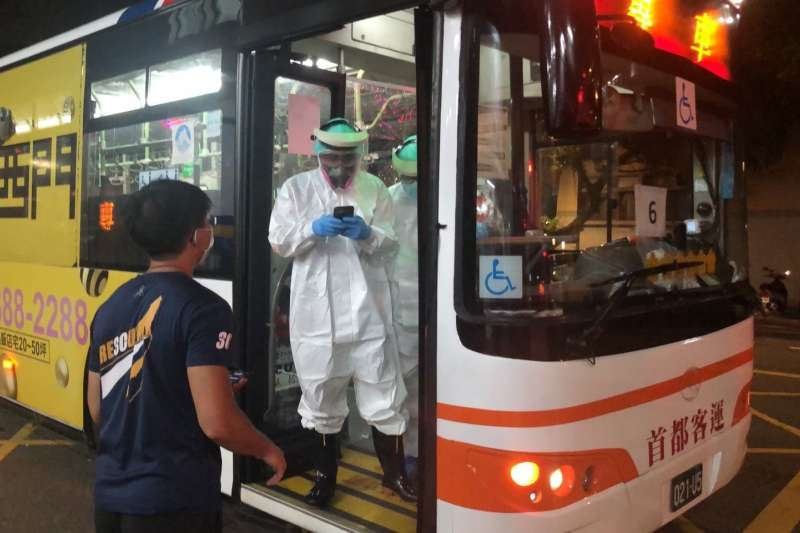 本土疫情嚴峻,全台第一線防疫人員疲於奔命,消防員還肩負防疫巴士作業重擔。(消防員工作權益促進會提供)