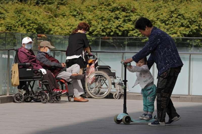 中國少子化、三胎、隔代教養、人口老化、老齡化、人口管制、計劃生育、兒童。(美聯社)