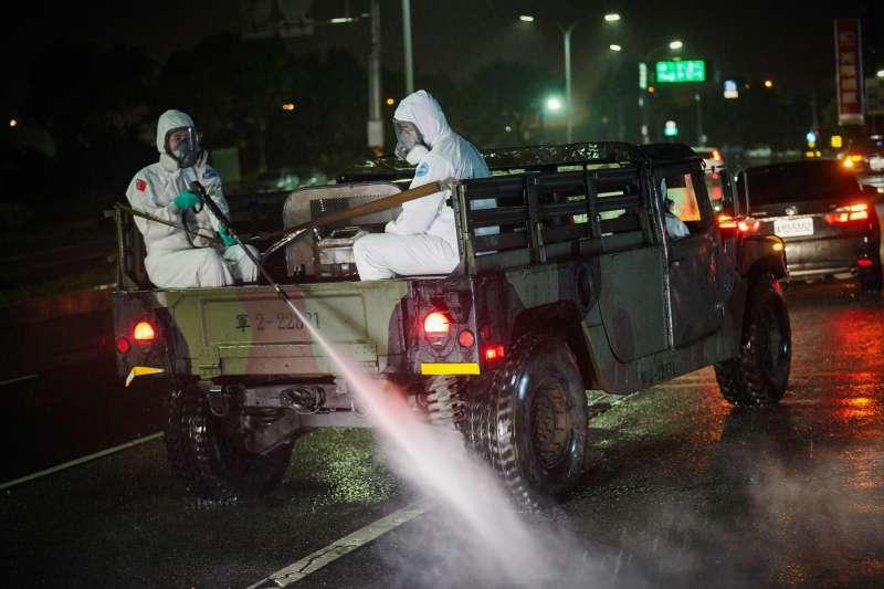 苗栗數個電子廠爆發群聚案,新竹市政府請國軍化學兵針對鄰近香山地區大消毒。(新竹市政府提供)
