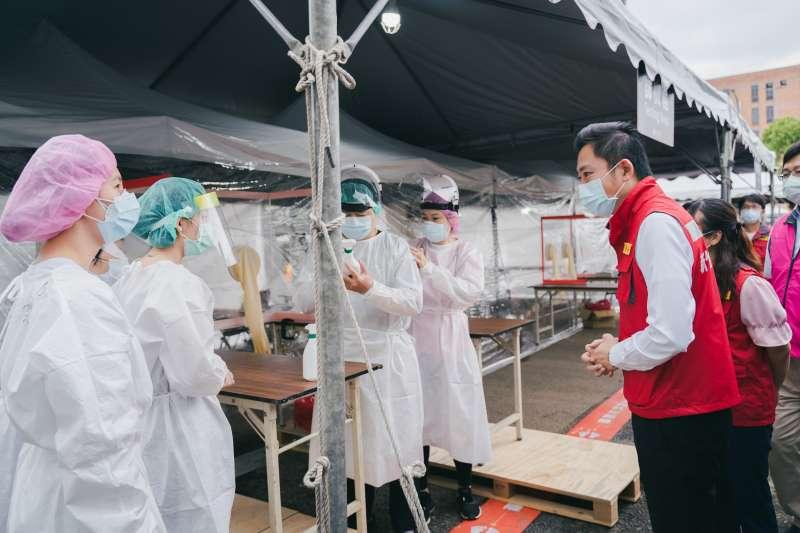 本土疫情嚴峻,新竹市長林智堅5日視察竹科專案採檢站運作情形。(新竹市政府提供)
