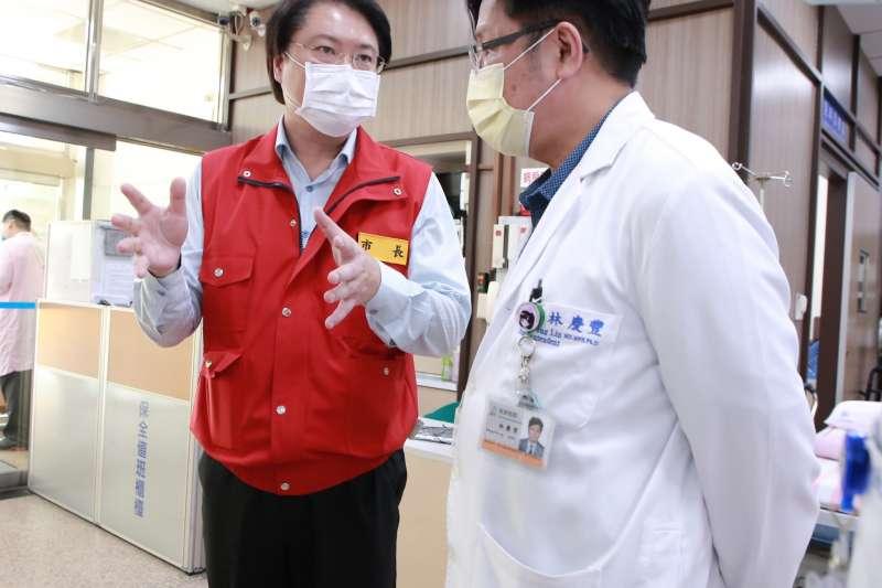 市長林右昌(左)與部立基隆醫院院長林慶豐(右)商討防疫措施。(圖/基隆市政府提供)