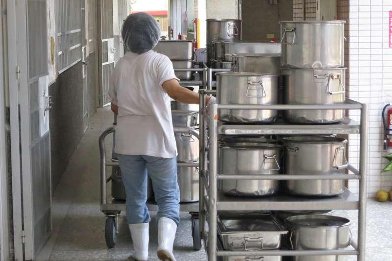 這次教育紓困4.0方案包含補助學校自設廚房廚工薪資。(圖/台中市政府)