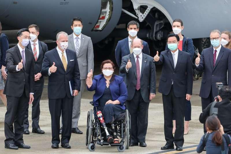 2021年6月6日,美國聯邦參議員達克沃斯(中)、昆斯(右3)、蘇利文(左2)旋風式訪問台灣。