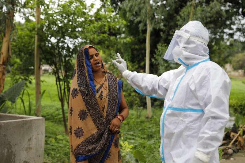 一位印度婦女正在接受新冠病毒篩檢。(美聯社)