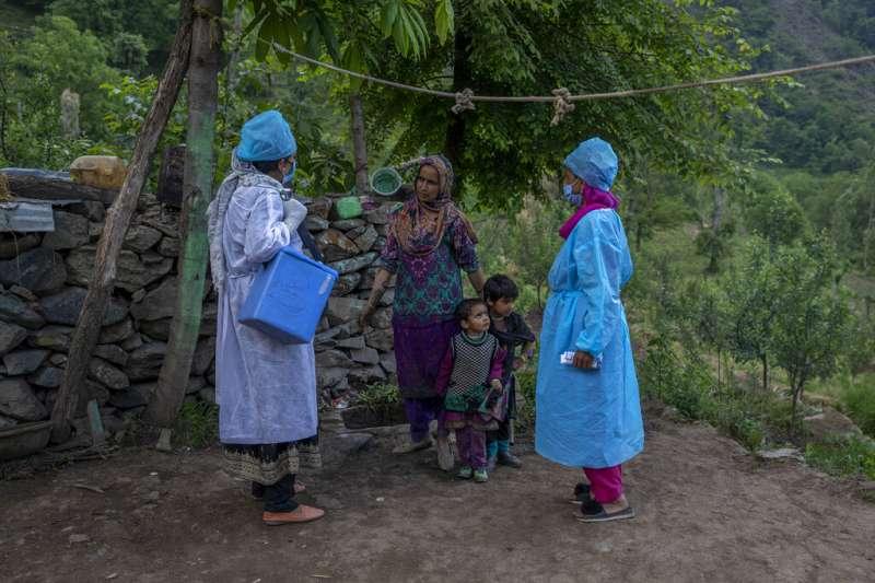 疫情下的印度媽媽們,比一般人面臨更大的健康威脅。(美聯社)