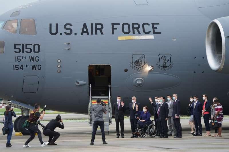 美國參議院訪問團6日上午旋風式訪台,專機則是美空軍專責執行戰略、戰術運輸任務的主力機種C-17。(中央社提供)
