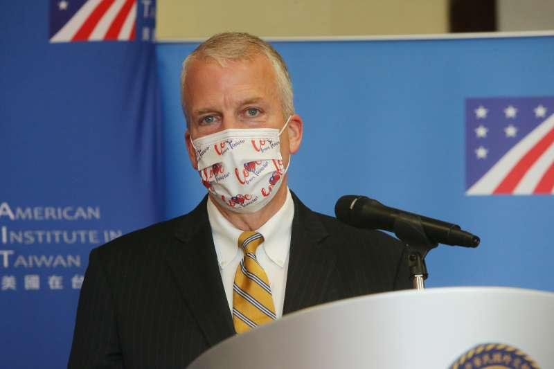 2021年6月6日,美國聯邦參議員蘇利文戴著台灣捐贈的口罩(外交部提供)