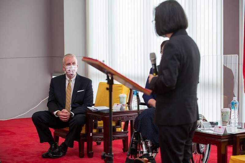 國民黨籍台北市議員羅智強狠酸「台灣是疫苗乞丐」。對此,總統蔡英文今(21)日接受年代新聞專訪時表示:「乞丐說法並不恰當。」圖為總統蔡英文接見美國聯邦參議員訪團。(資料照片,總統府提供)