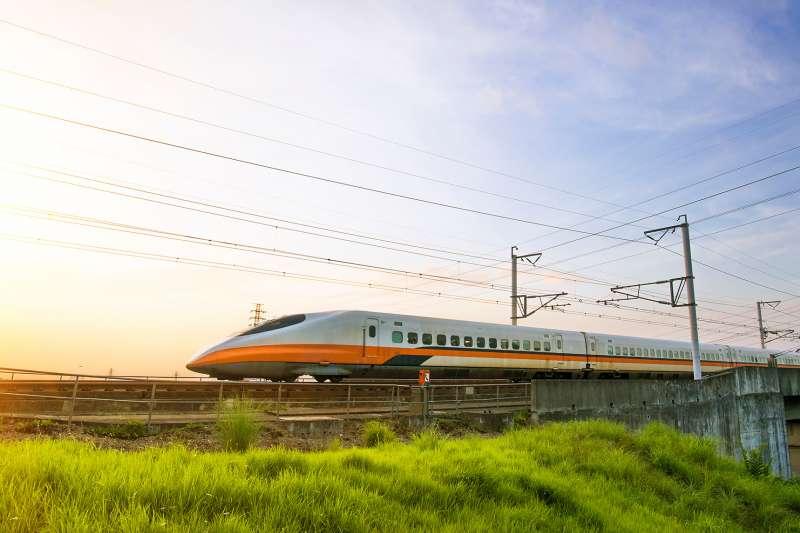 潘孟安縣長爭取高鐵南延,串連南北便捷交通帶動屏東發展,也讓屏東居民可以更快回家。 (圖/shutterstock)