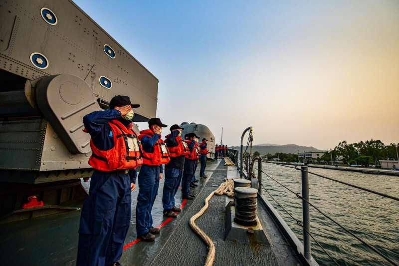 20210607-官兵站在濟陽級艦上。(取自中華民國海軍臉書)