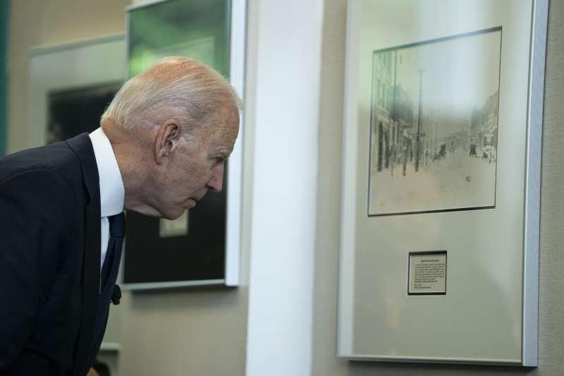 2021年,美國土爾沙種族大屠殺100周年,拜登總統參觀紀念館(AP)