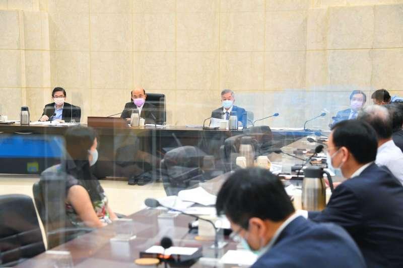 行政院長蘇貞昌在擴大防疫會議審酌各部會意見後,凝聚共識並做出裁示,延長全國的三級警戒管制。(行政院提供)