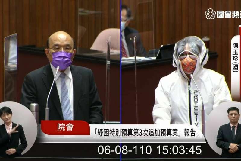 國民黨立委陳玉珍(右)8日在立院質詢行政院長蘇貞昌(左)時,問穿這樣的防護衣「這樣的日子還要過多久?」蘇貞昌表示,希望早日恢復回到正常生活。(取自國會頻道直播)