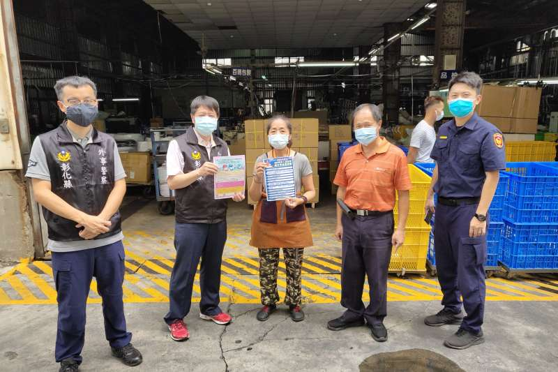 彰化田中警分局針對轄內雇用移工的工廠,實地進行宣導,並且製作發送英文、印尼文、泰文、越南文及中文等5國語言防疫宣導單。(圖/彰化縣政府提供)