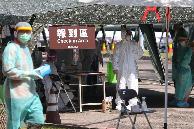 20210608-各科技廠8日將移工送至竹科篩檢站採檢。(顏麟宇攝)