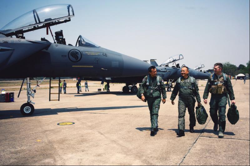 一九八四年二月,美國空軍宣布,F-15E 的新型戰機艦隊將配備比先前更大、更詳盡的抬頭顯示器。一九八四年二月,美國空軍宣布,F-15E 的新型戰機艦隊將配備比先前更大、更詳盡的抬頭顯示器。(圖取自新加坡空軍官方網站)