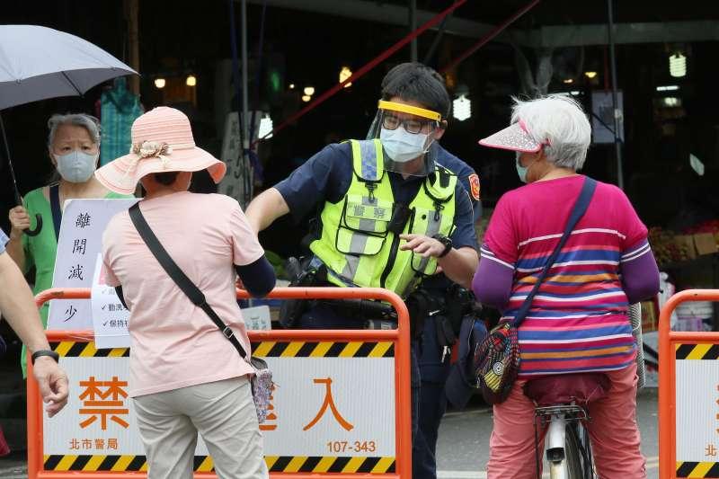 20210608-疫情三級警戒持續,雙北市強化市場人流管制措施。(柯承惠攝)