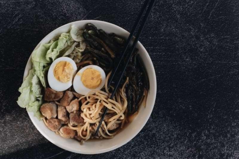 拉麵起源於中國麵食,傳至日本後與日本的飲食文化相結合,之後又兼容世界各國的料理形式與生活型態,至今仍不斷進化。(圖/pexels免費圖庫)