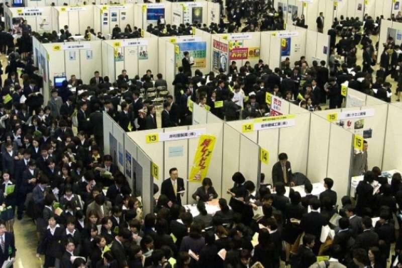 就業冰河期,東京都有明東京國際會展中心擠滿了前來參加招聘會的學生們(圖/攝於2000年3月14日,讀賣新聞/aflo)
