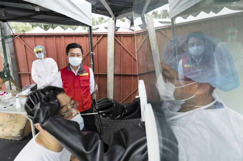 新竹市長林智堅9日早到香山社區篩檢站進行開站前演練。(新竹市府提供)