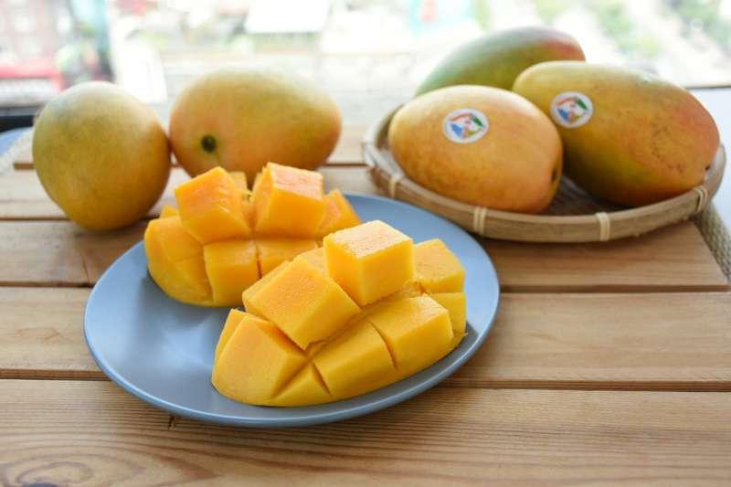 臺灣第一個有專屬身分證的芒果品種「夏雪芒果」有芒果界LV的稱號。(圖/水保局台東分局提供)
