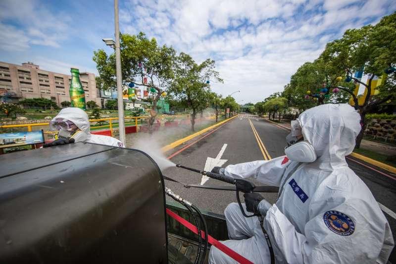 20210609-本土疫情嚴峻,陸軍36化學兵群挺進苗栗電子廠周邊消毒。(軍聞社提供)