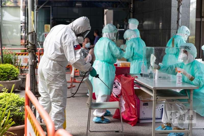 本土疫情嚴峻,陸軍33化學兵群9日赴內湖電視台進行消毒。(軍聞社提供)