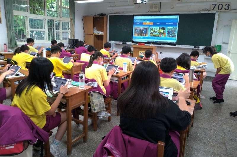 新北國中輔導老師4月份結合綜合活動輔導課程,讓學生與高中職學校接觸,辦理線上直播答客問。(圖/新北市教育局提供)
