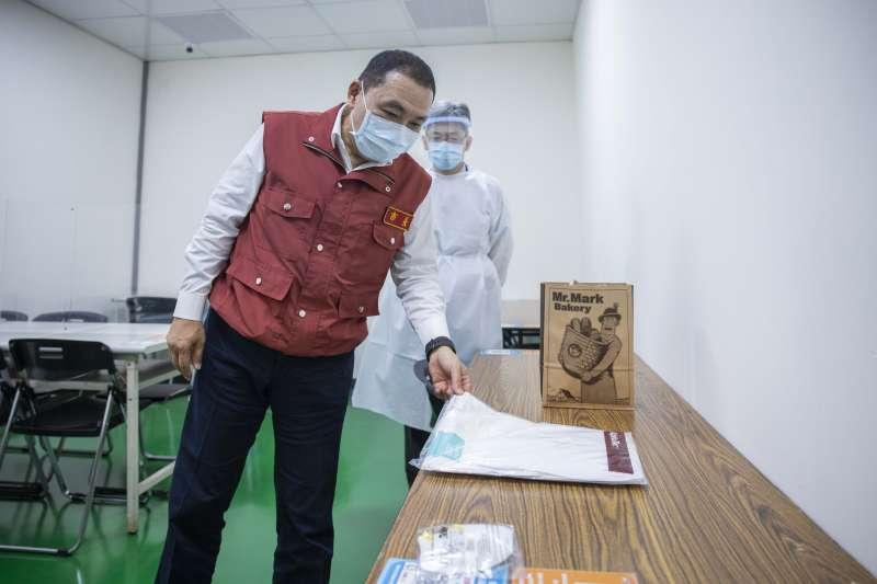 新北市長侯友宜9日前往鴻海公司視察企業快篩情形。(新北市政府提供)