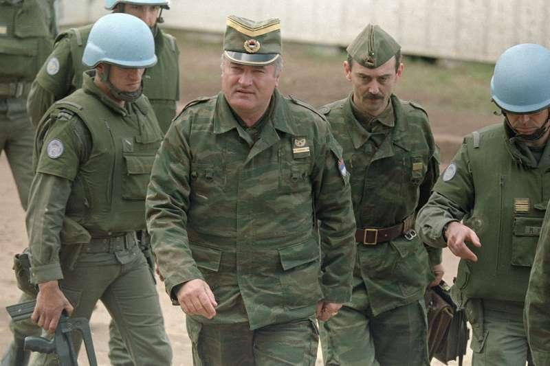 南斯拉夫戰爭,「波士尼亞屠夫」(Butcher of Bosnia)姆拉迪奇(Ratko Mladić,中),攝於1993年4月(AP)