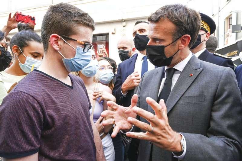 法國總統馬克宏走訪各城市,探視新冠疫情後生活狀況。(AP)