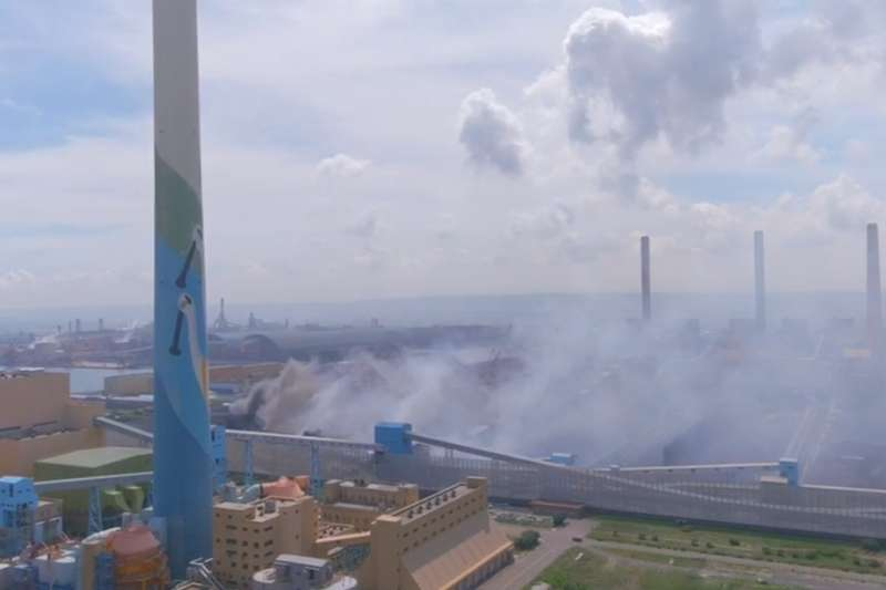 中火燃煤機組不拆又要新建燃氣機組。圖為台中火力發電廠運煤輸送帶發生大火,周邊有明顯粒狀污染物及異味散布。(圖/臺中市政府)