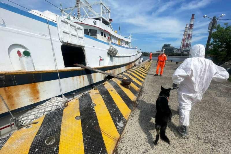 海巡署偵蒐犬協助查艙。(海巡署南部分署提供)
