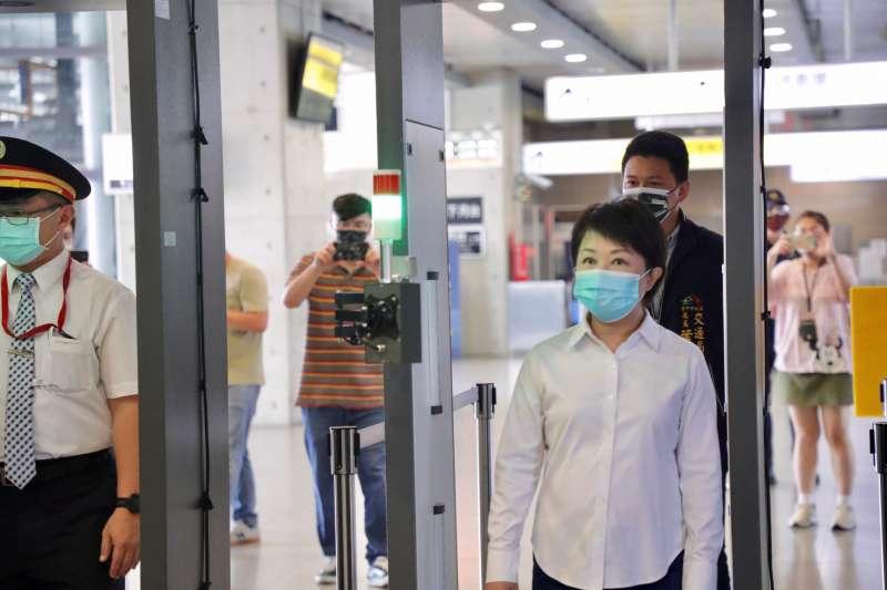 台中市長盧秀燕到台中火車站視察裝設消毒防疫門的使用情形。(圖/台中市政府)