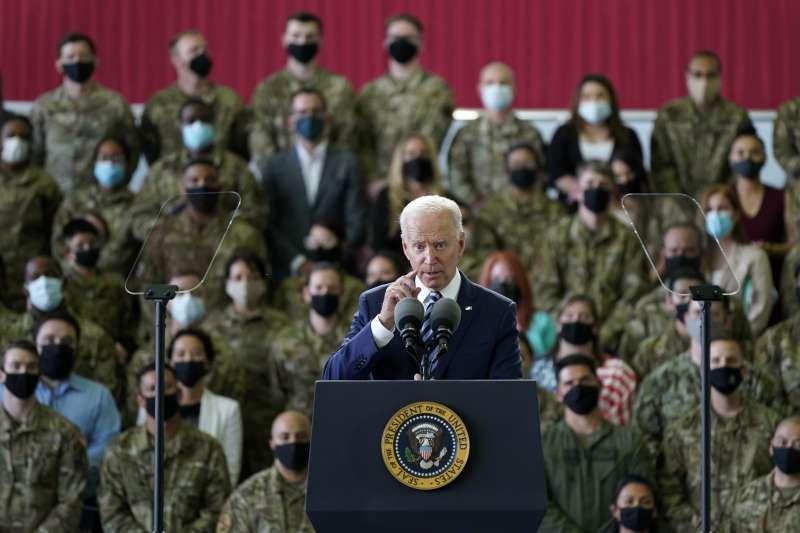 美國總統拜登抵達英國,在米登霍爾皇家空軍基地對駐英美軍發表談話。(美聯社)