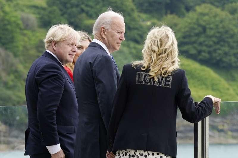 2021年6月10日,美國總統拜登與英國首相強森會面,美國第一夫人吉兒穿著寫有LOVE字樣的外套(AP)