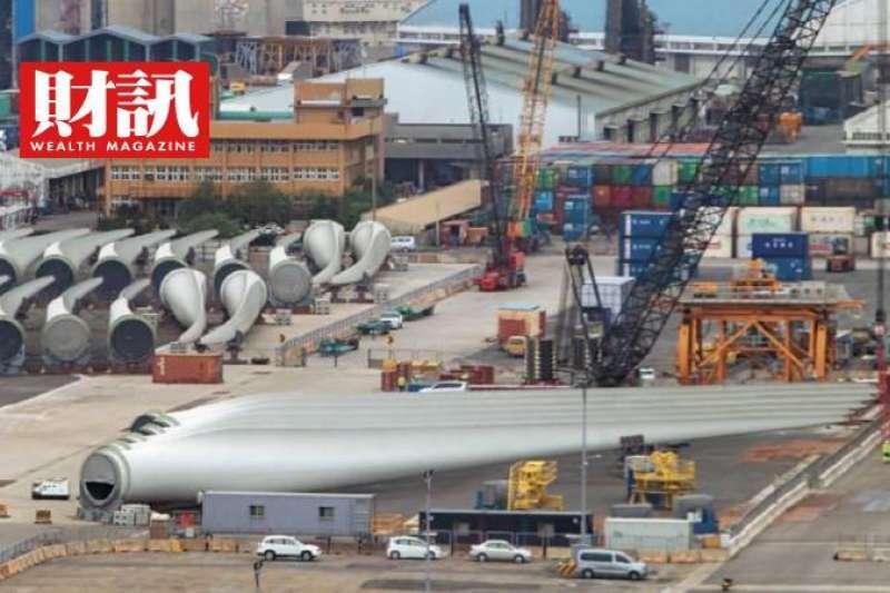 允能由台灣本土廠商打造的風機水下基礎轉接段,暫置於高雄港內。(圖/財訊提供)