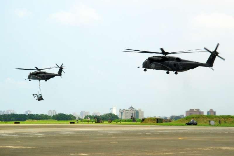 20210611-2009年8月,八八風災讓台灣傷亡慘重,美軍曾協助我方執行救災任務。圖為當時在我空軍基地內作業的2架CH-53重型直升機。(取自AIT臉書)