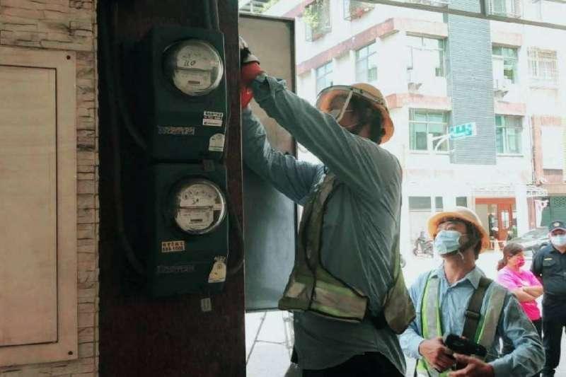 違規開業養生館遭高雄市政府斷水斷電。(圖/高雄市工務局提供)