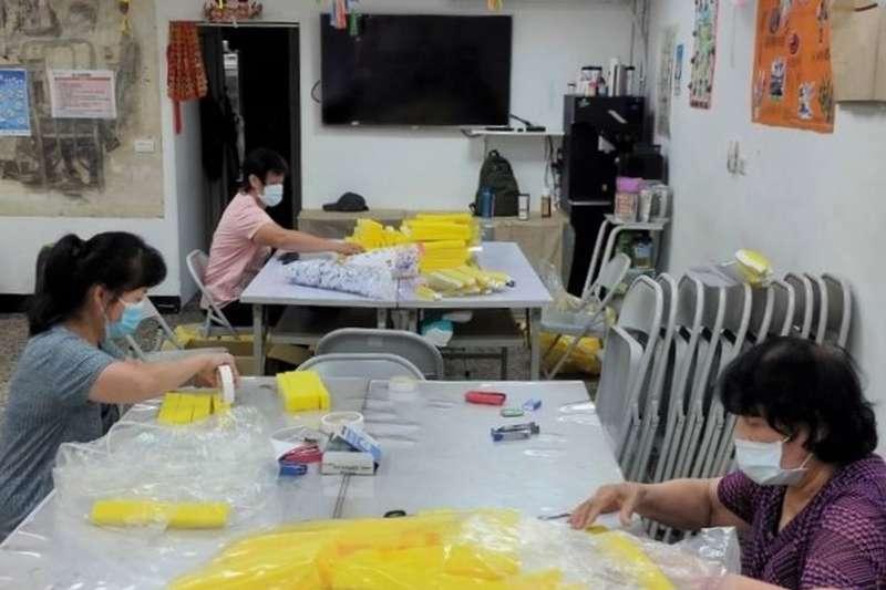 新北市原住民文化健康站動手實作製作防護面罩4000片分送慈善團體、基金會、家扶中心等機構,守護健康。(圖/新北市原民局提供)